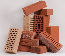 Посоставу испособу производства кирпич делится натри большие группы— керамический, силикатный ибетонный.